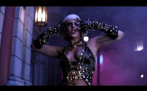 lady-gaga-in-gianni-versace-x-the-edge-of-glo-L-wf4JVS