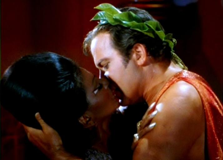 Bacio-Capitano-Kirk-Tenente-Uhura-1