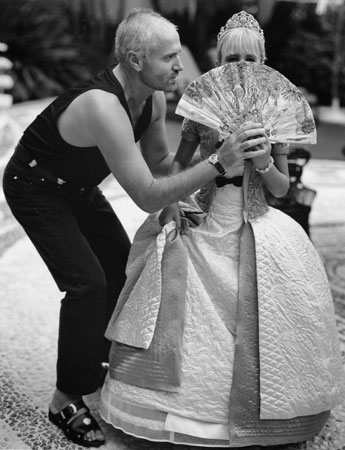 gianni-versace-and-allegra-beck-at-home-in-miami-december-1994